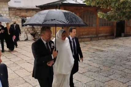Jasmina stigla u pratnji oca Bakira: Zvanice se polako okupljaju ispred Begove džamije (VIDEO)