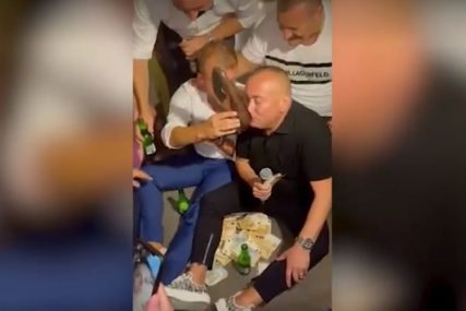 """NISAM JA DVORSKA LUDA"" Đani se pravda nakon što je pio piće iz prljave cipele"