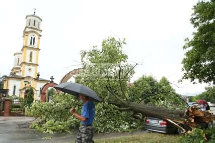 Oluja protutnjala Banjalukom: Drvo palo na automobil u pokretu, policija i vatrogasci na terenu (FOTO,VIDEO)