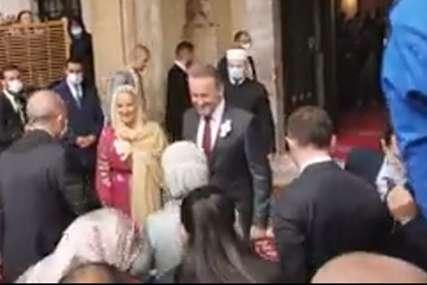 Stigao i svjedok vjenčanja: Porodicu Erdogan ispred džamije dočekali Sabija i Bakir Izetbegović (VIDEO)