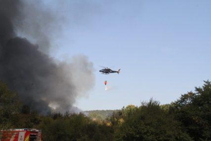 Snimak iz letjelice: Helikopter gasi požar u Banjaluci (VIDEO)