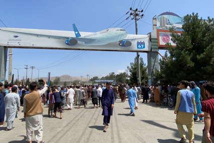 """""""Nemamo namjeru da nekoga povrijedimo"""" Talibani pucali u vazduh na aerodromu u Kabulu da rastjeraju masu"""