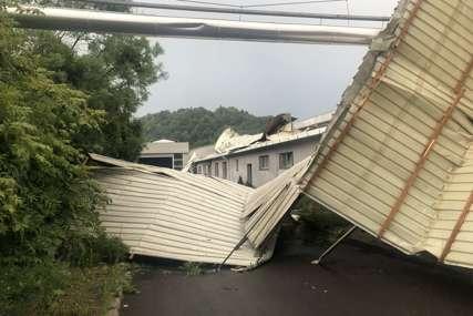 Kostajnicu pogodilo JAKO NEVRIJEME: Vjetar podizao krovove i rušio stabla (FOTO)