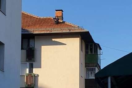 DRAMA U PALAMA Muškarac prijeti da će skočiti sa zgrade, policija na terenu
