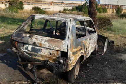 """TRAGEDIJA U BRODU """"Jugo 45"""", nakon udarca u stablo, potpuno izgorio, vozač preminuo na putu do bolnice"""
