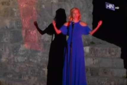 Skandal na otvaranju festivala: Umjetnica zaboravila tekst himne Crne Gore (VIDEO)