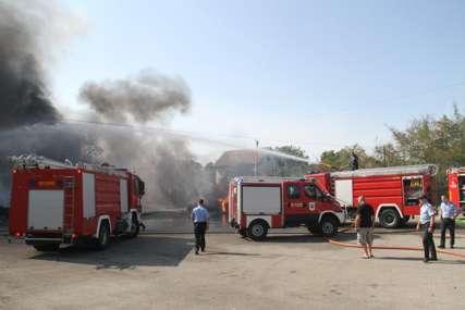"""""""Gasimo još sitna žarišta"""" Požar u banjalučkom naselju stavljen pod kontrolu"""
