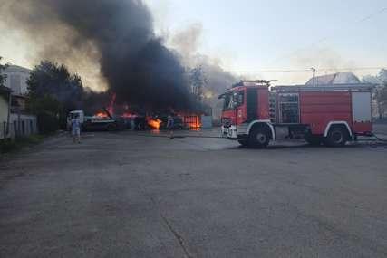 Veliki požar u Banjaluci: Gori skladište firme u naselju Lazarevo, ugrožene kuće (FOTO)