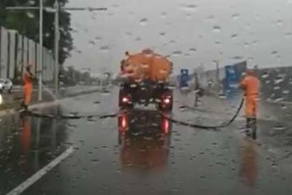 Nesvakidašnja scena u Beogradu: Komunalci peru ulice po kiši (VIDEO)