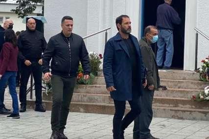 Posljednji pozdrav velikom glumcu: Na sahranu Laneta Gutovića došle mnoge kolege, porodica neutješna  (FOTO)