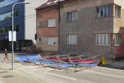 NEMA POVRIJEĐENIH Jak vjetar srušio skelu u centru grada, inspekcija na terenu