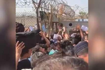 """""""Spasi moju bebu"""" Majke na aerodromu u Kabulu bacaju djecu preko bodljikave žice, vojnici plaču (VIDEO)"""