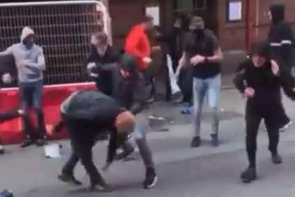 ŽESTOK SUKOB Navijači Mančester Junajteda i Lidsa se potukli na ulici (VIDEO)