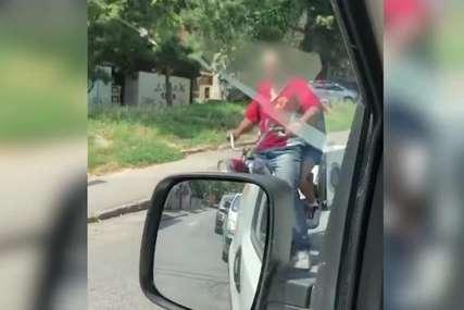 """""""Izveli je u šetnju"""" Nevjerovatna scena na ulicama, """"šlepali"""" veš mašinu motorom (VIDEO)"""
