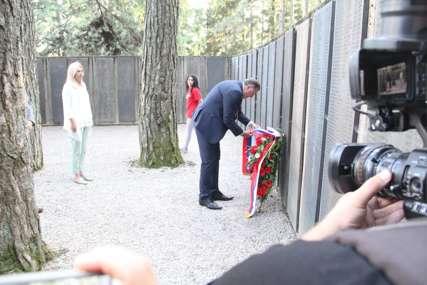 Počast junacima i žrtvama na Kozari: Dodik i Cvijanovićeva položili vijenac na spomen-ploču na Mrakovici (FOTO)
