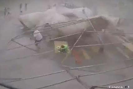 OLUJA NAPRAVILA HAOS Vjetar u par sekundi odnio šator, ljudi u panici bježali (VIDEO)