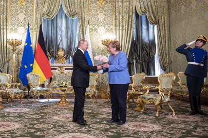 CVIJEĆE I GAF ZA OPROŠTAJ Merkelovoj zazvonio telefon usred razgovora u Moskvi, evo kako je Putin reagovao (FOTO, VIDEO)