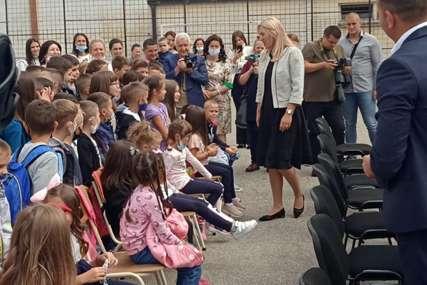 U ovoj školi povećan broj đaka prvaka: Cvijanovićeva posjetila učenike u Roćeviću kod Zvornika (FOTO)