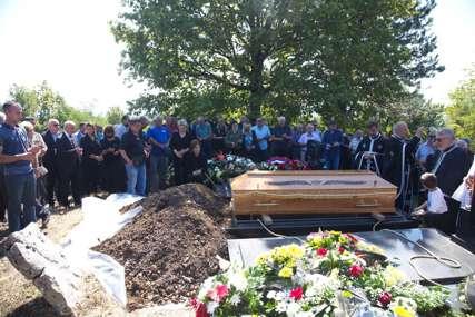 """Tri sveštenika, dva """"druga iz komiteta"""" i cijelo selo: Ovako je sahranjen Živko Radišić (FOTO)"""