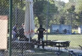 Tuga do neba: Tijelo mladog fudbalera leži na terenu, njegovi drugovi zagrljeni plaču (FOTO)