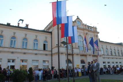 """""""Važan dan za sve nas"""" Srpske zastave se vijore u Bijeljini (FOTO)"""