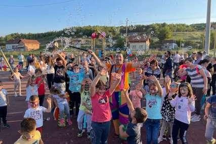 UZ BALONE, SLATKIŠE I OSMJEHE Mališani otvorili svoje prvo igralište u Mišinom Hanu (FOTO)