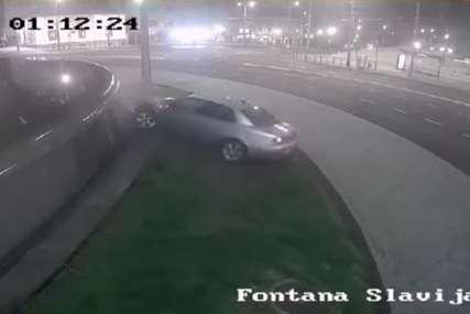 Drama u kružnom toku: Automobil izleće s kolovoza i punom brzinom udara u OGRADU FONTANE (VIDEO)