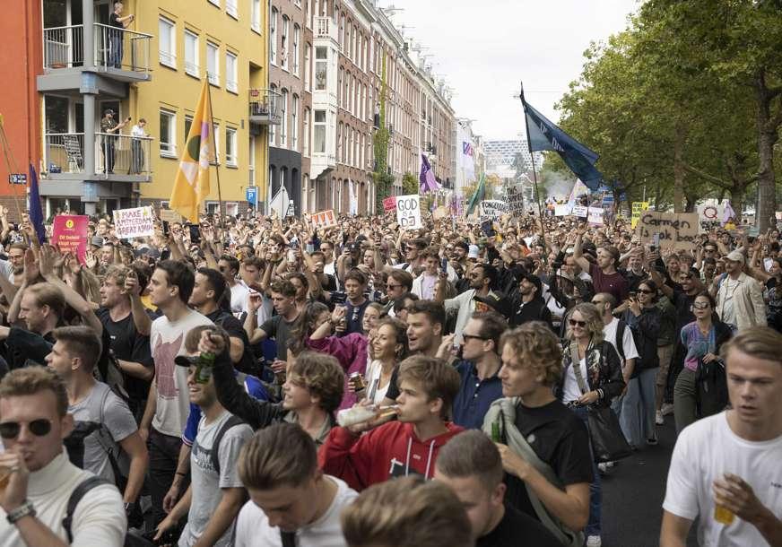 Dokaz o vakcinaciji obavezan za ulazak u barove: Stotine demonstranata u Holandiji protiv kovid propusnica