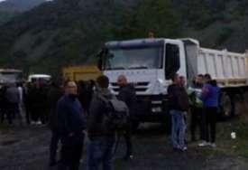 Na putu desetak oklopnih vozila ROSU: Na prelazima Jarinje i Brnjak mirno, sve više građana se pridružuje protestima