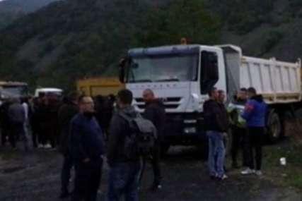 Situacija mirna, ali napeta: Protesti na prelazima Jarinje i Brnjak još uvijek traju
