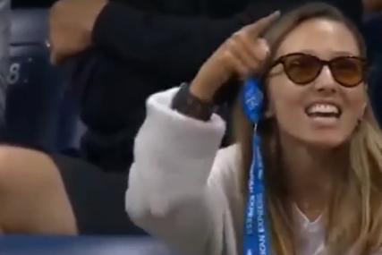 """Svi pričaju o ovoj sceni s Noletovog meča: Legendarni teniser pričao o Đokoviću, pa mu Jelena poručila """"čula sam te"""" (VIDEO)"""