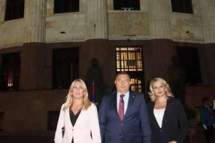 Cvijanovićeva, Kisićeva i Dodik ovjekovječili današnji dan: Palata Republike u bojama srpske zastave povodom zajedničkog praznika (FOTO)