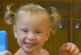 Ova djevojčica pati od rijetkog oboljenja: Lijepa je kao anđeo, ali svi ostanu bez riječi kada joj vide ruke (VIDEO)