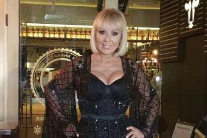 """NEVJEROVATNO ISKUSTVO"" Lepa Brena postala ""padobranac"", dobila i sertifikat (FOTO)"