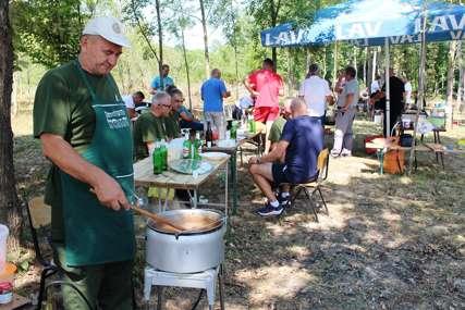 Takmičenje kulinara: Miris kotlića punih slasti širio se Lijevčem (FOTO)
