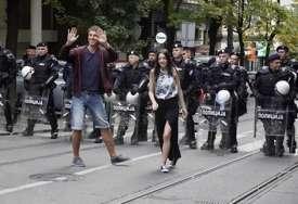Marija i Darko su stali pred kordon policije, a onda uradili nešto zbog čega su u njih dvoje svi gledali (VIDEO)