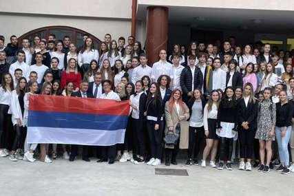 """Dočekan trobojkom i apaluzom: Dodik sa učenicima i profesorima gimnazije """"Nikola Tesla"""" u Budimpešti (FOTO)"""