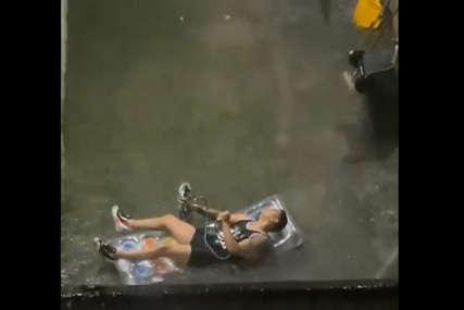 U haosu našao sebi zabavu: Dok vlada panika u Njujorku zbog poplava ovaj mladić uživa na dušeku (VIDEO)