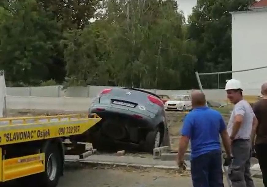 Žena autom probila zaštitnu ogradu i upala u rupu na gradilištu duboku 15 metara (FOTO)