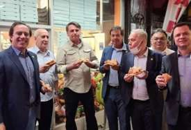 Oštre mjere za nevakcinisane: Bolsonaro u Njujorku jeo picu NA ULICI umjesto u restoranu (FOTO)