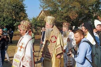Počela liturgija kod manastira u Jasenovcu: Srpski patrijarh i više arhijereja SPC služe na otvorenom