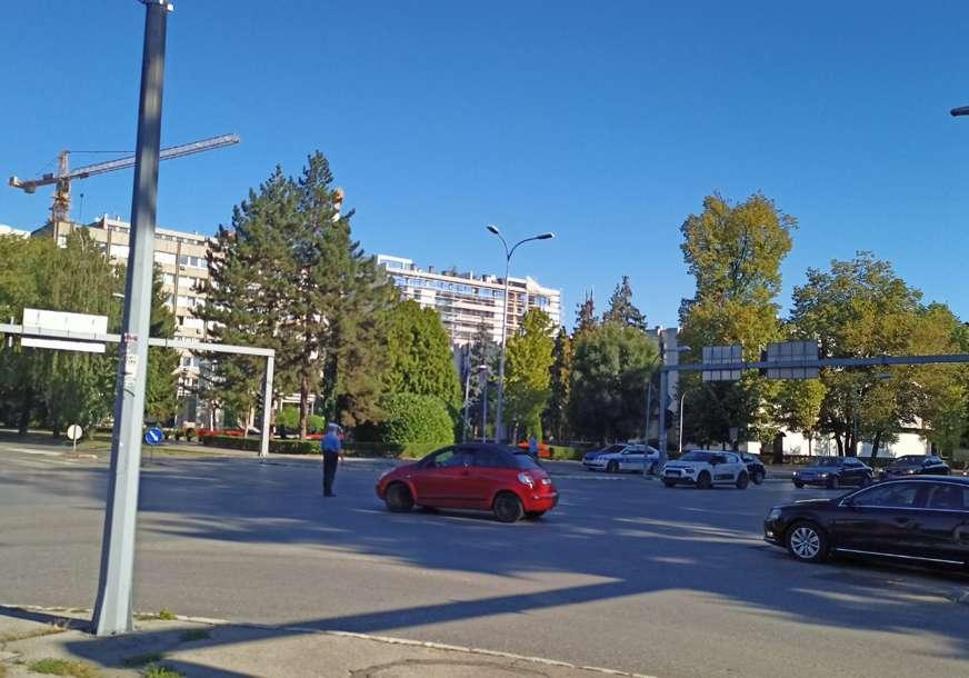 Policija reguliše saobraćaj: Treći dan zaredom ne radi semafor kod NPRS (FOTO)