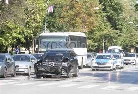 """SEDAM OSOBA POVRIJEĐENO """"Mercedesom"""" se zakucao u zadnji dio autobusa u centru Banjaluke (FOTO)"""
