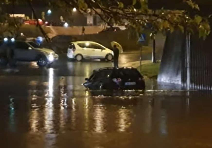 DRAMA U KIŠNOM SARAJEVU Vozač ostao zarobljen ispod poplavljenog podvožnjaka u Sarajevu (VIDEO)