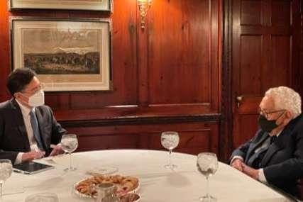 """MOLIM VAS, UĆUTITE"" Obraćanje kineskog diplomate izazvalo šok na sastanku (FOTO)"