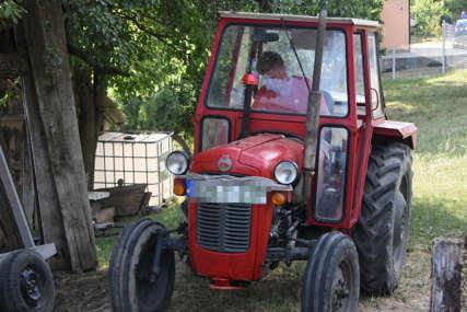 PRNJAVORČANIN ZADOBIO TEŠKE POVREDE Pregazio ga traktor dok ga je palio uz pomoć kablova