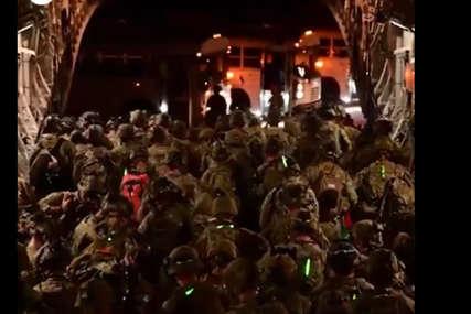 Objavljen snimak odlaska američkih vojnika iz Kabula: U tišini i mraku napustili Avganistan (VIDEO)