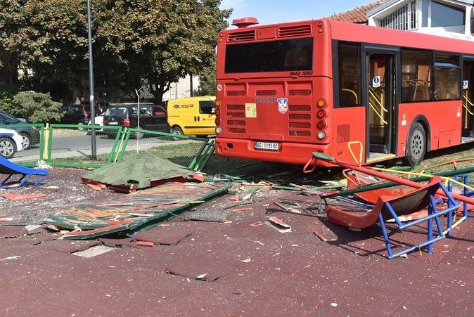"""""""LETJELA JE KROZ VAZDUH!"""" Djevojčica koja je teško povrijeđena kada je autobus uletio u dječji park je sada stabilno"""
