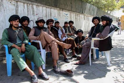 BIZARNE SCENE IZ AVGANISTANA Talibani naoružani do zuba vozikaju se u šarenim pedalinama (FOTO)
