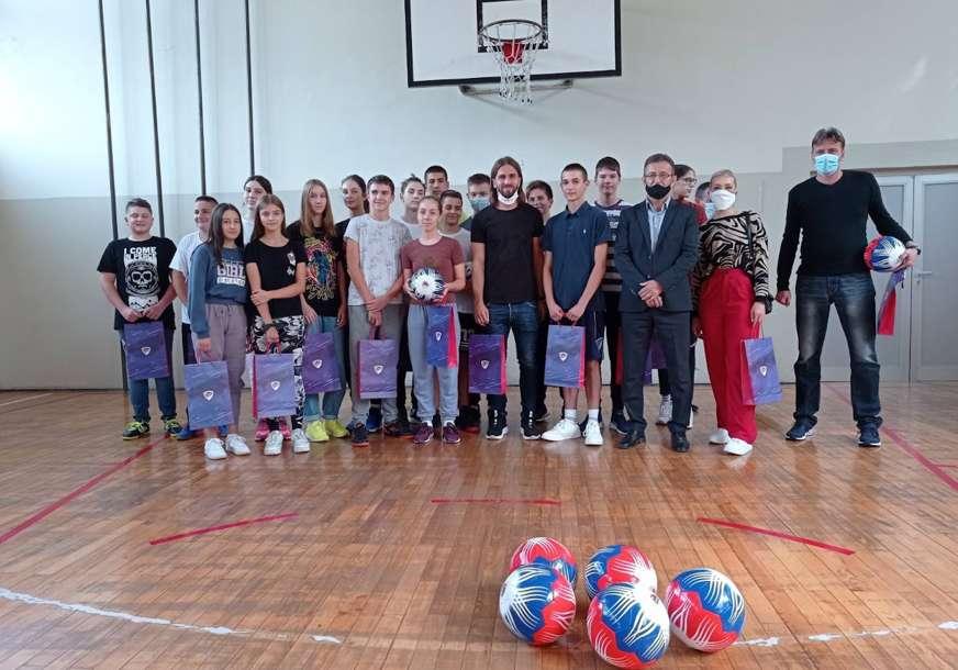 POKLON UČENICIMA Vranješ posjetio svoju školu i obradovao mališane (VIDEO)